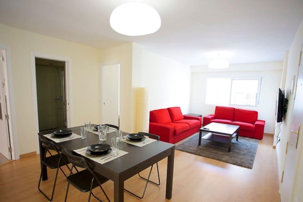 Salón comedor de las zonas comunes del piso visto desde la puerta de una de las habitaciones.
