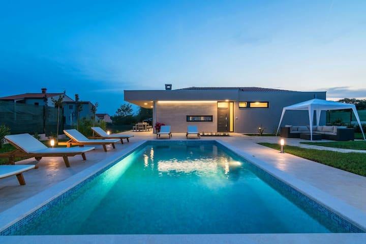 Villa Viviana near see whit heating pool