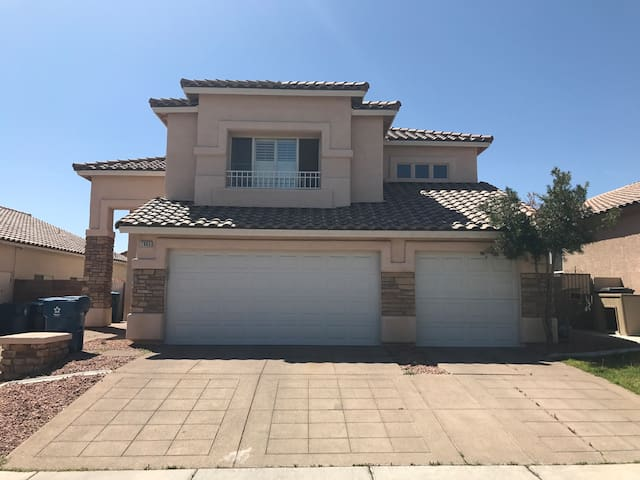 Lovely Home 10mins from the strip!
