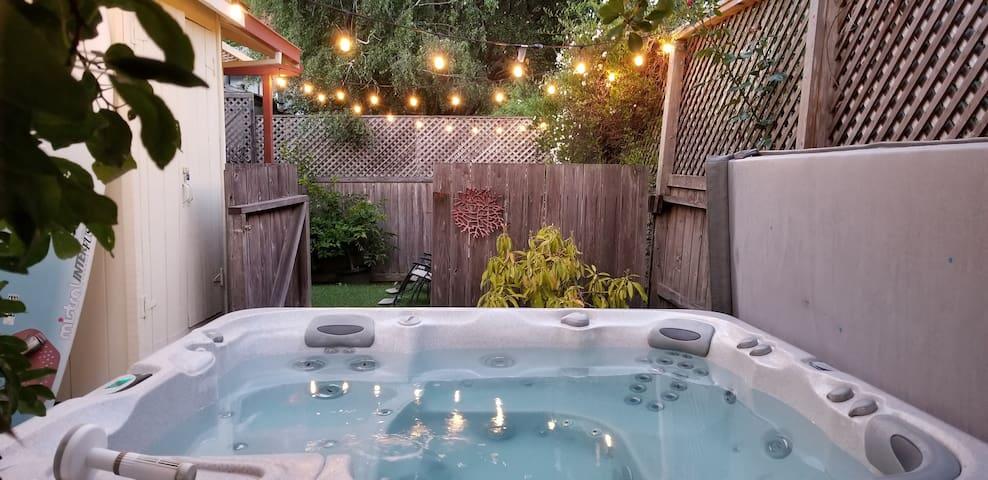 Sunny Getaway - hot tub, walk to river, hike, wine