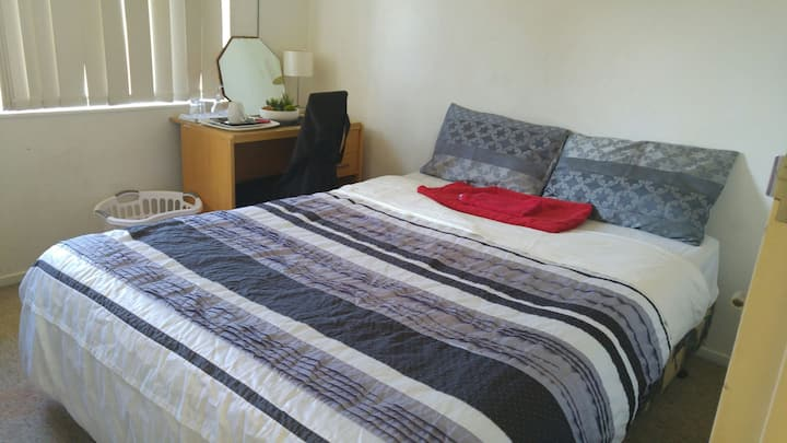 Private Bedroom Close 2 AKL Airport
