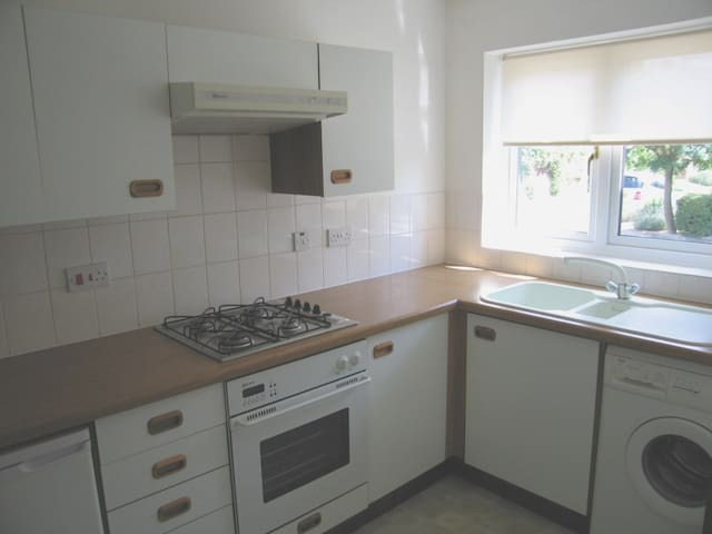Modern and spacious 2 bed house - Ascot - Casa