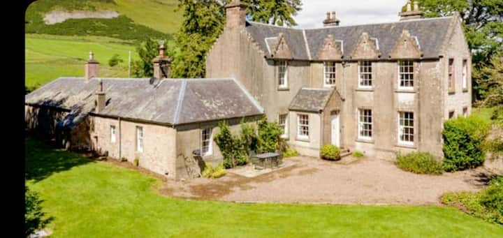 Cosy country cottage, open log fire, pet friendly