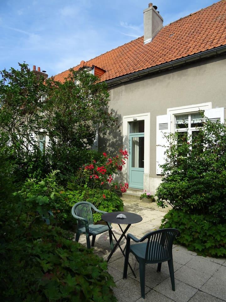 Separate access and private terrace   Une entrée indépendant, terrasse privée bien exposée