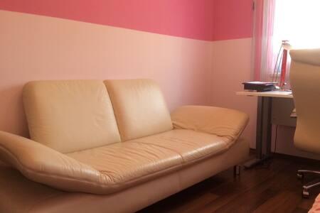 Helles Zimmer EG mit Schreibtisch - Frauenkirchen