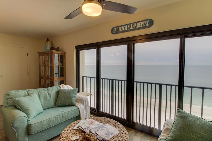 Waterfront condo on the beach w/balcony, full kitchen & shared pool!