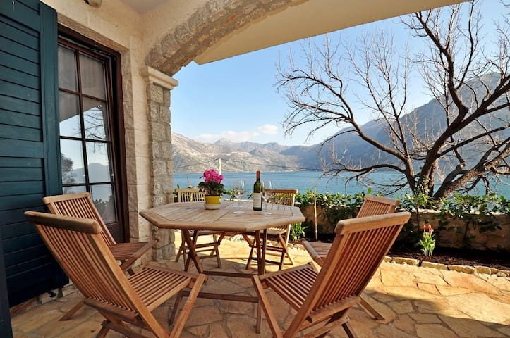 Seafront 2 BD Apartment with Private Beach & Pool