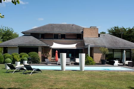 VILLA AVEC PISCINE A 50 M DE LA MER - Larmor-Baden - House