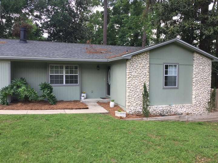 1 bedroom in Tally with shared bathroom