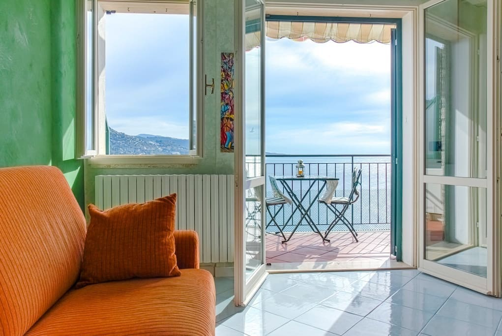 Bright living room with a great sea view. Luminosissimo salottino con una vista mozzafiato