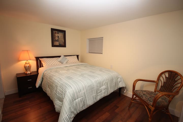 Cozy Bedroom private bathroom, 1' walk to Skytrain