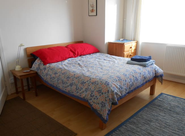 Large sunny room in Central Swindon - Swindon - Dom