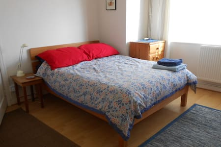 Large sunny room in Central Swindon - Swindon - Σπίτι