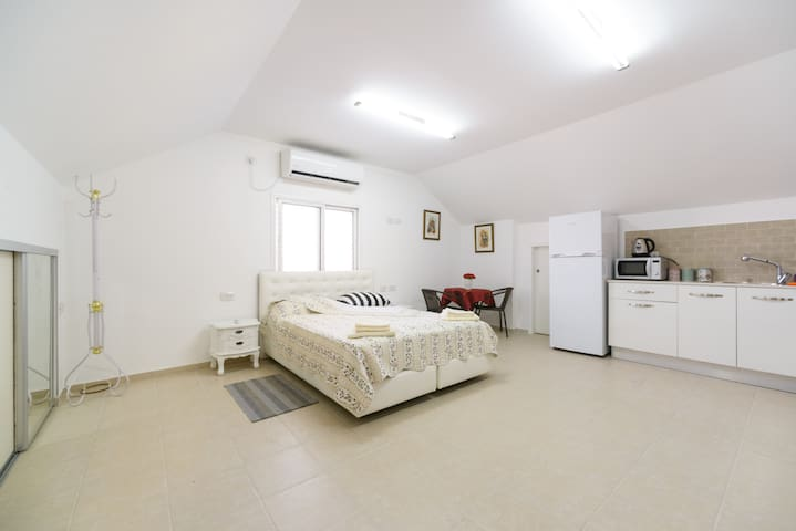 Studio apartment in an attic - Ramla - Apartament