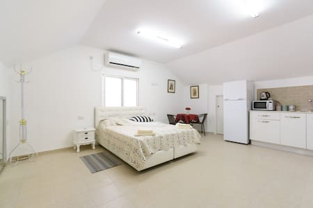 Studio apartment in an attic - Ramla - Apartment