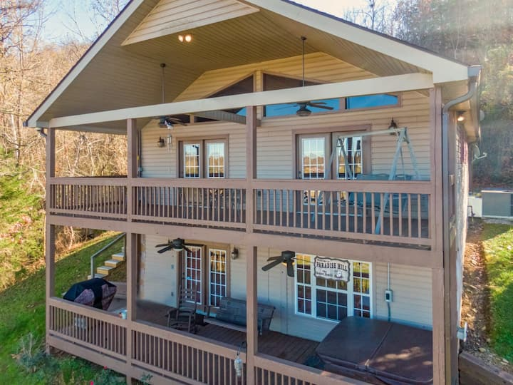 Gone Fishing Lake Lodge: Lakefront, Game Room, Hot Tub, Boat Ramp, Floating Swimming Dock, and Fire Pit!