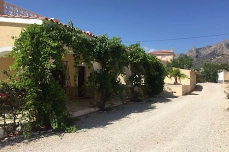 Nice and quiet house in Busot, Alicante - Busot - Casa