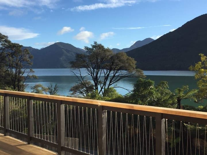 Marlborough Sounds 3brm Holiday Home with Sea View
