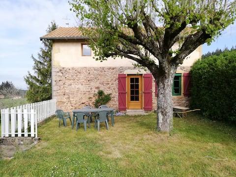 Grünes Haus mit Garten im Weiler