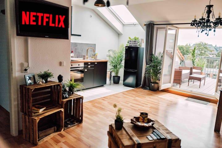 Willkommen in der Luxury Rooftop Buddha Lounge, relax & chill :-) Mit einer kleinen Knabberschale die ich vorbereitet habe lässt sich ein gemütlicher Abend mit einem tollen Film oder deiner Lieblingsserie auf NetFlix genießen...