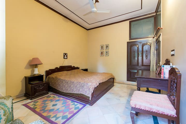 A large double bedded room in an urban homestay