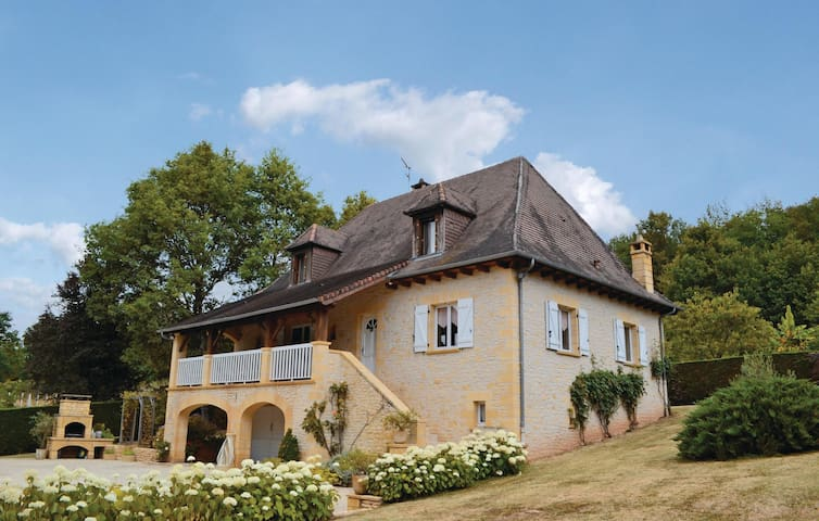 Holiday cottage with 3 bedrooms on 150 m² in Le Lardin