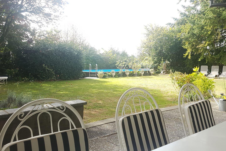 grosser Garten mit Pool und Sitzplatz