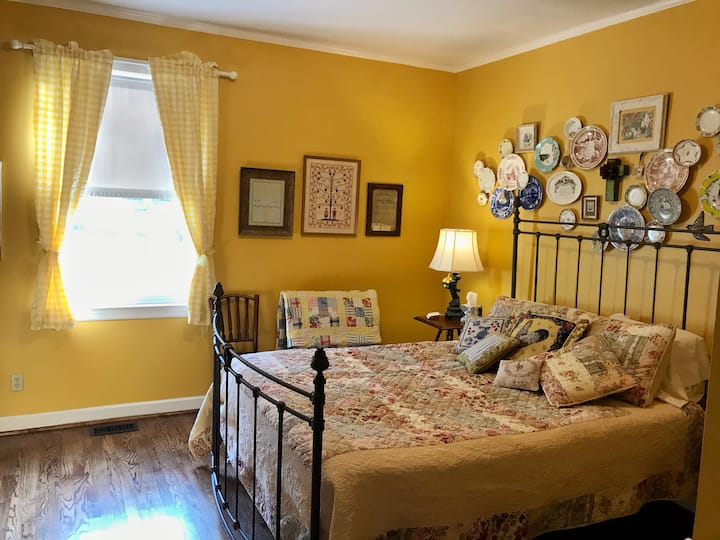 1 Bedroom in Country Home - fun hosts in Franklin