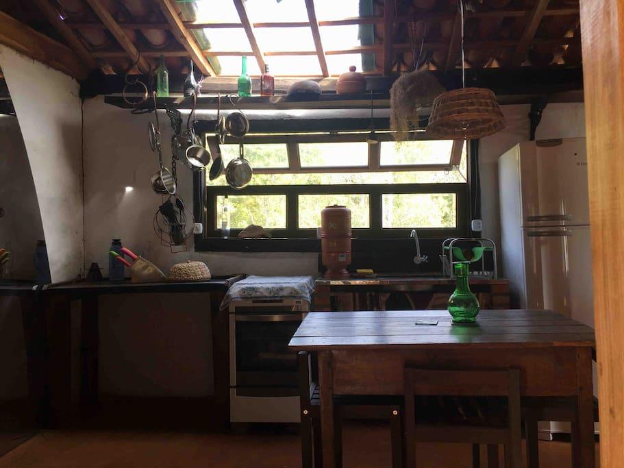 Cozinha da casa conta com alguns itens básicos, assim como geladeira e fogão.