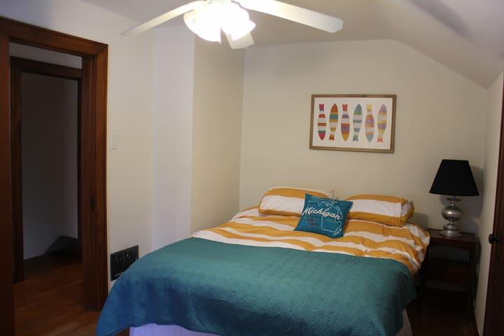 Queen guest room.
