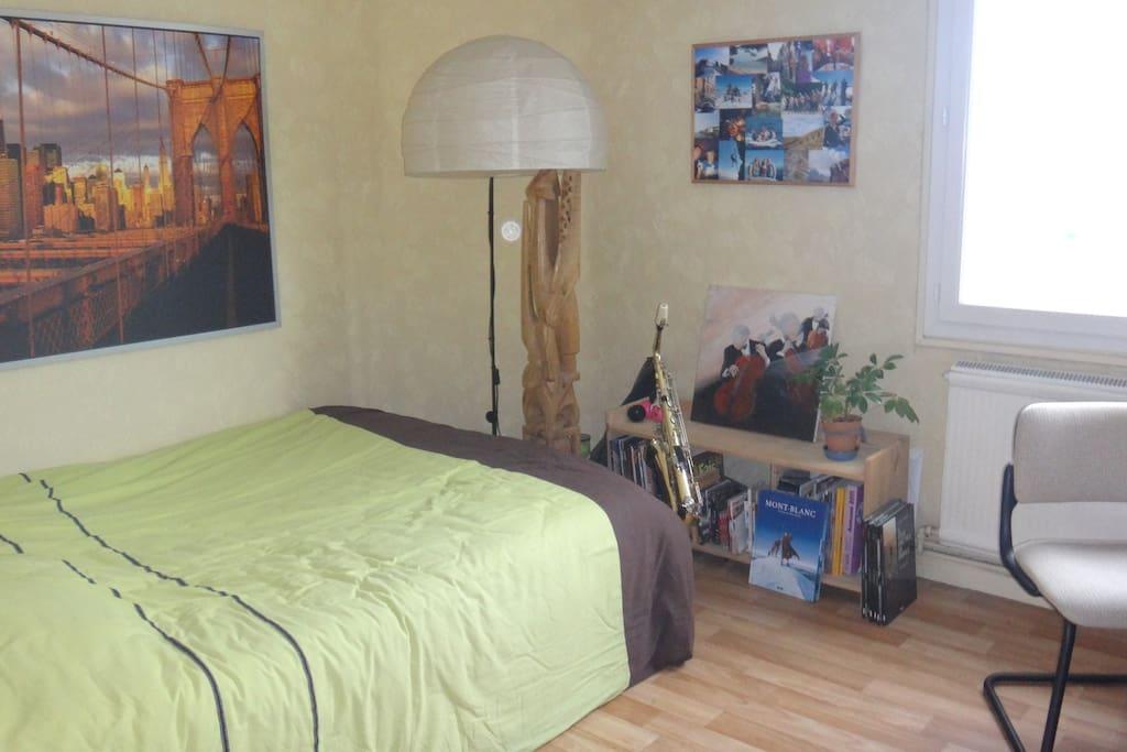 chambre grenoble vue imprenable sur les 3 massifs appartements louer grenoble auvergne. Black Bedroom Furniture Sets. Home Design Ideas