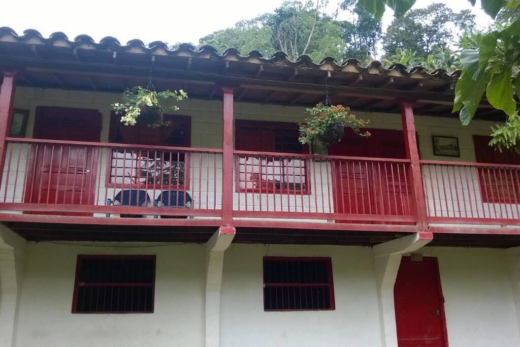 Casa principal con balcón