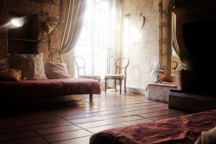 salon au premier avec sa cheminée soit chambre passante du premier au deuxième étage.