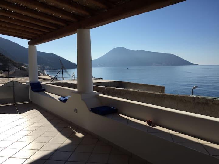 """""""Il Palmento"""", un balcon sur la mer à Acquacalda."""