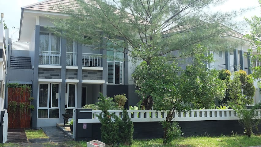 West_Guest House at Kota wisata