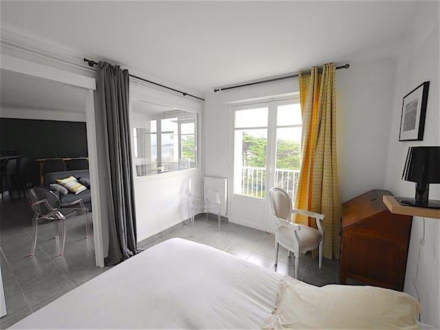 Chambre avec balcon vue mer
