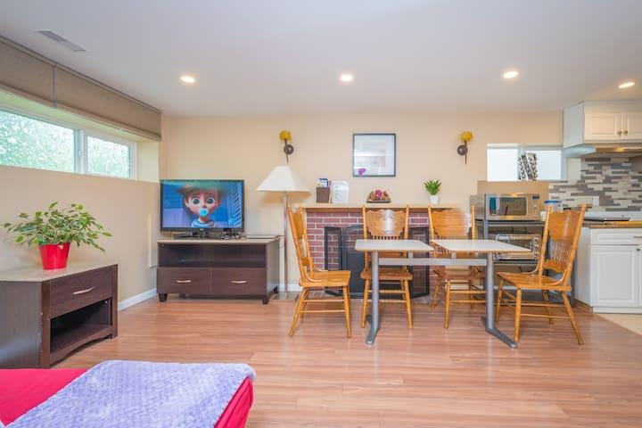 Friendly Cozy 2 Bedroom Suite (Downstairs)