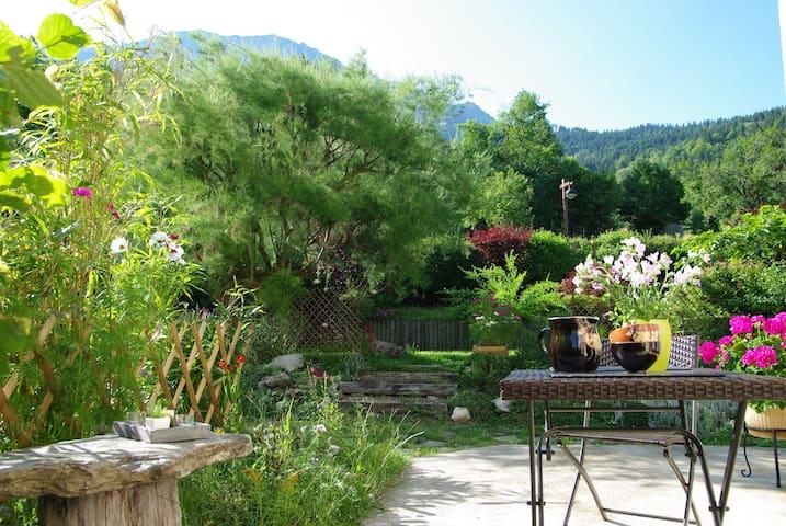 Une halte au cœur d'un village typique des Alpes