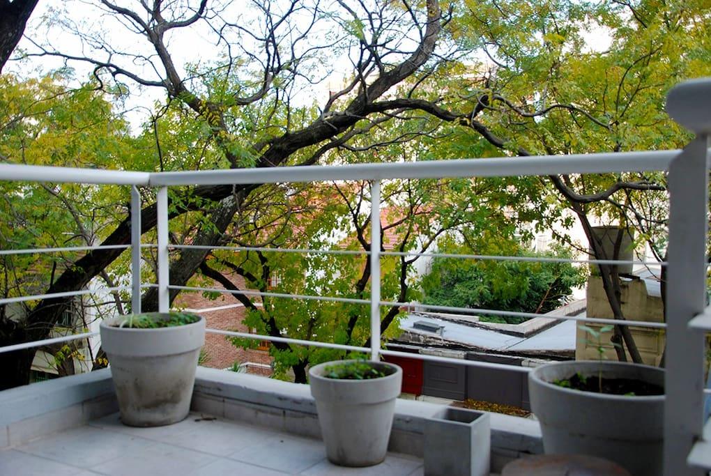 Nice & spacious balcony / Balcón espacioso con linda vista!