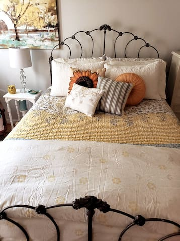 Comfortable queen size bed with luxurious linens.