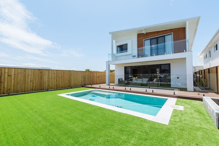 ★Waterfront★5 Bedroom House with a Pool and View