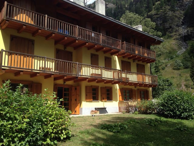 Chalet in town, beautiful backyards, danish stove - Gressoney-Saint-Jean - Huoneisto