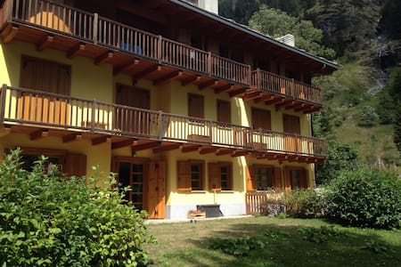 Chalet in town, beautiful backyards, danish stove - Gressoney-Saint-Jean