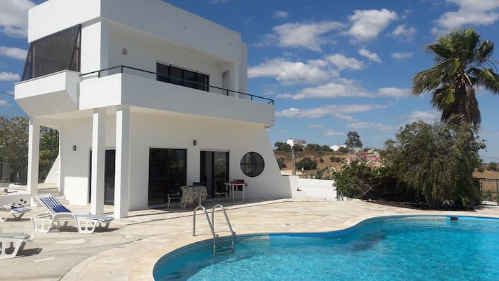 Beautiful Villa, Large Pool, Close to Beach.