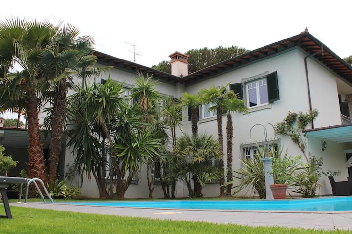 Villa Felicina Forte dei Marmi pool garden