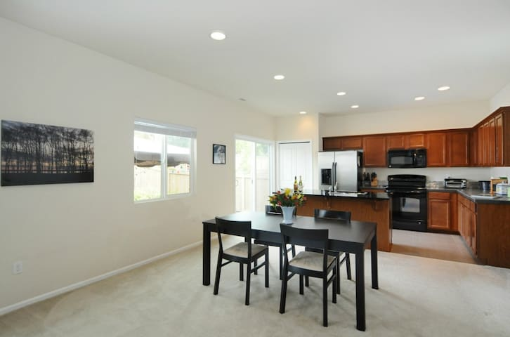 Mountain facing bedroom for 2 - Bothell - House