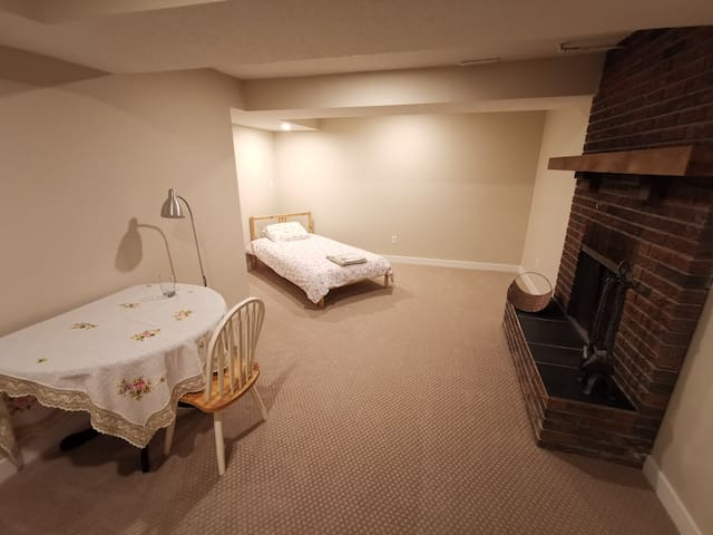 Cozy Single-Bed Private Room in Basement (near LRT