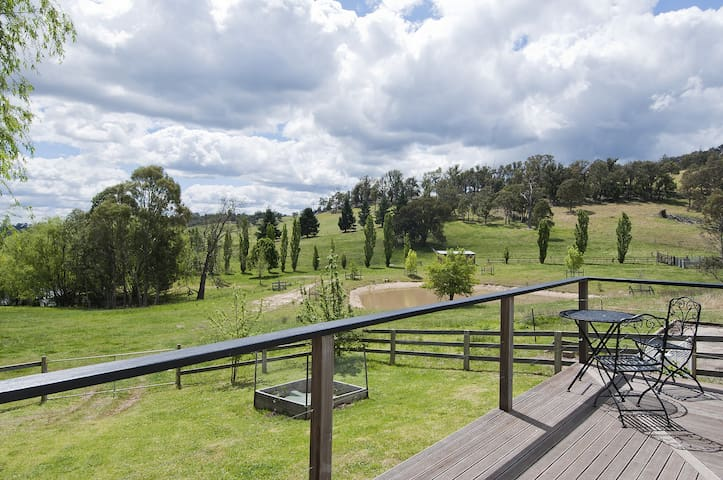The Woolshed - farmstay with rural views & tennis - Canyonleigh - Hus