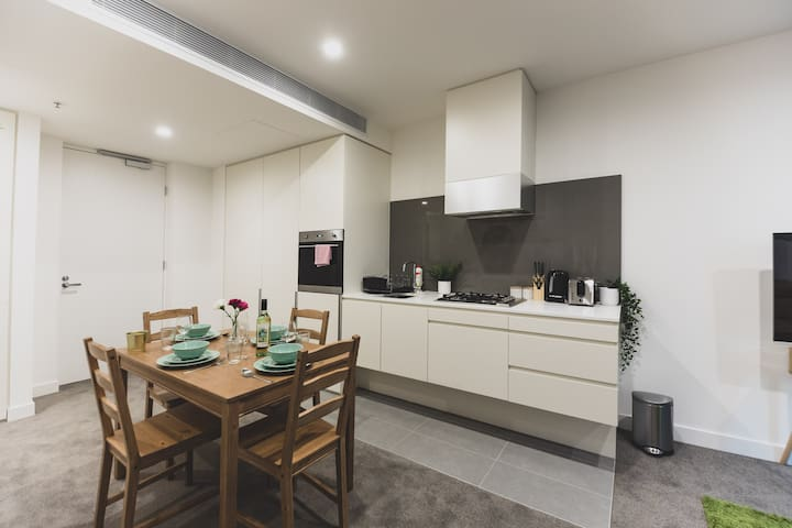 Lucky Green in Southbank-Parking anytime&pool&gym
