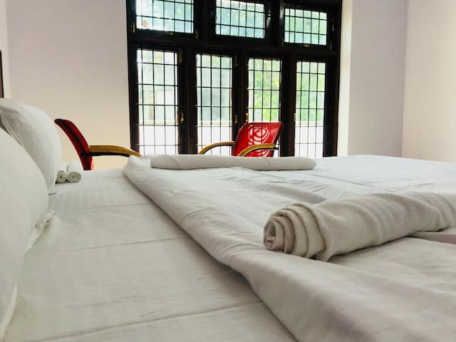Private Room in Gomti Nagar with one Double Bed.